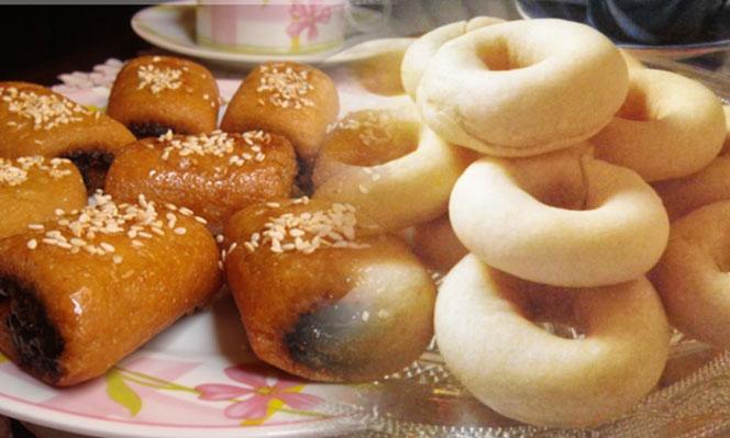 une grande,mère qui prépare les plus raffinés des gâteaux tunisiens.  Elles se transmettent ces secrets de mère en fille. Les pâtisseries  tunisiennes se