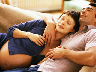 sante_repos-en-fin-de-grossesse_couple_bebe