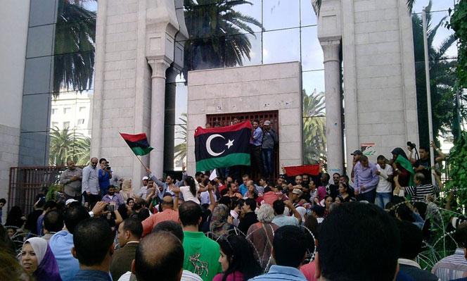 societe_des-proprietaires-de-cliniques-privees-protestent-devant-lambassade-de-libye-a-tunis_d