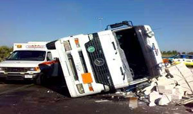 camion-accident-voiture-route
