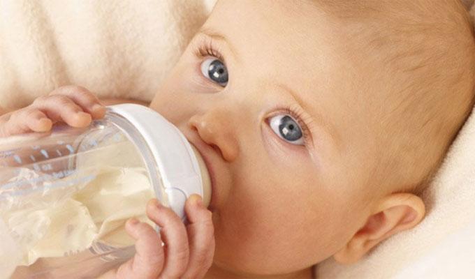 famille-bébé-enfant-nouriture-biberon