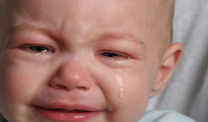 famille-bébé-pleur