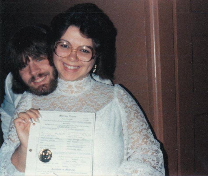 Becky et son mari avec le certificat de mariage, il y a 25 ans.