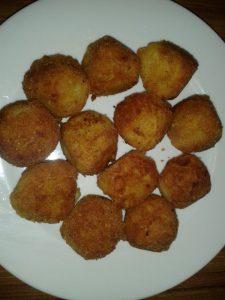 Boules des pommes de terres et fromages pannés