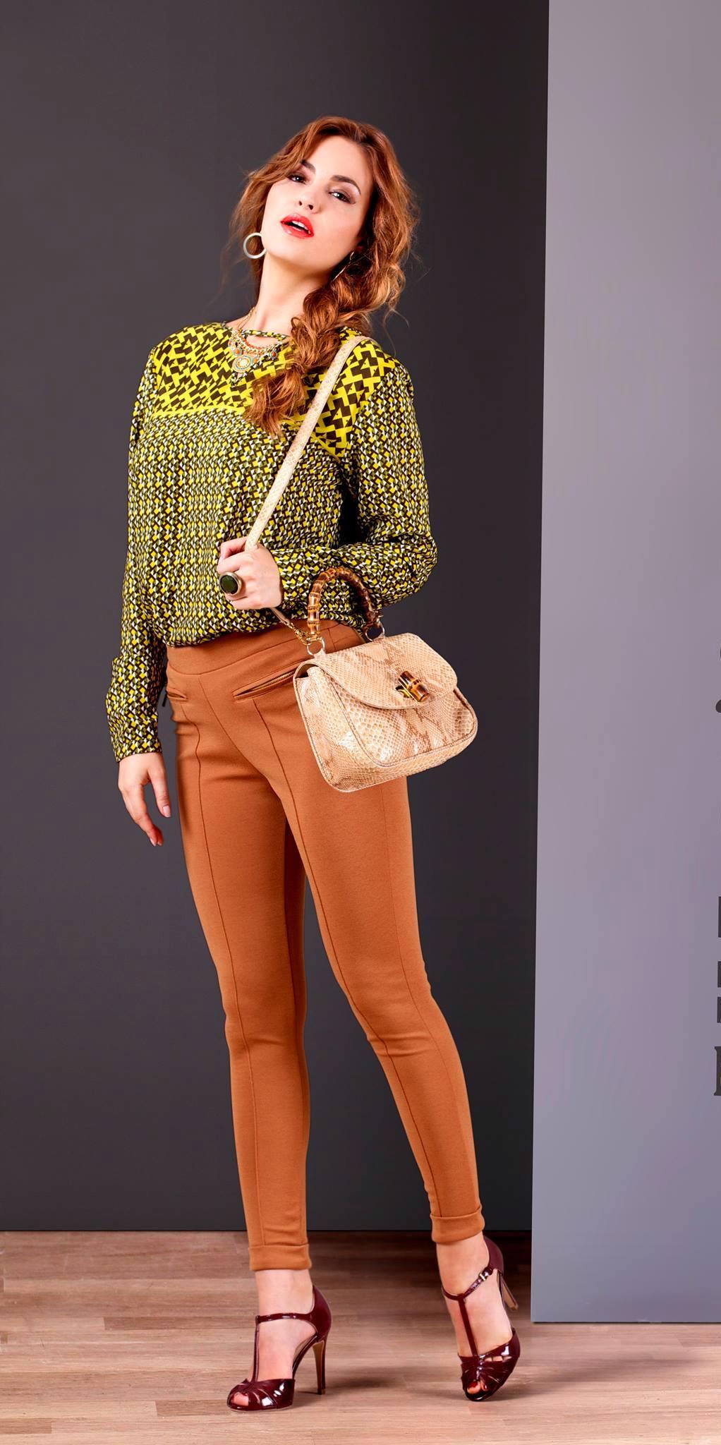 Un legging zippé couleur camel associé à une blouse à print graphique et pour parfaire la silhouette une bandoulière snake et des talons vernis. Blouse : 58.900 DT Legging : 64.900 DT