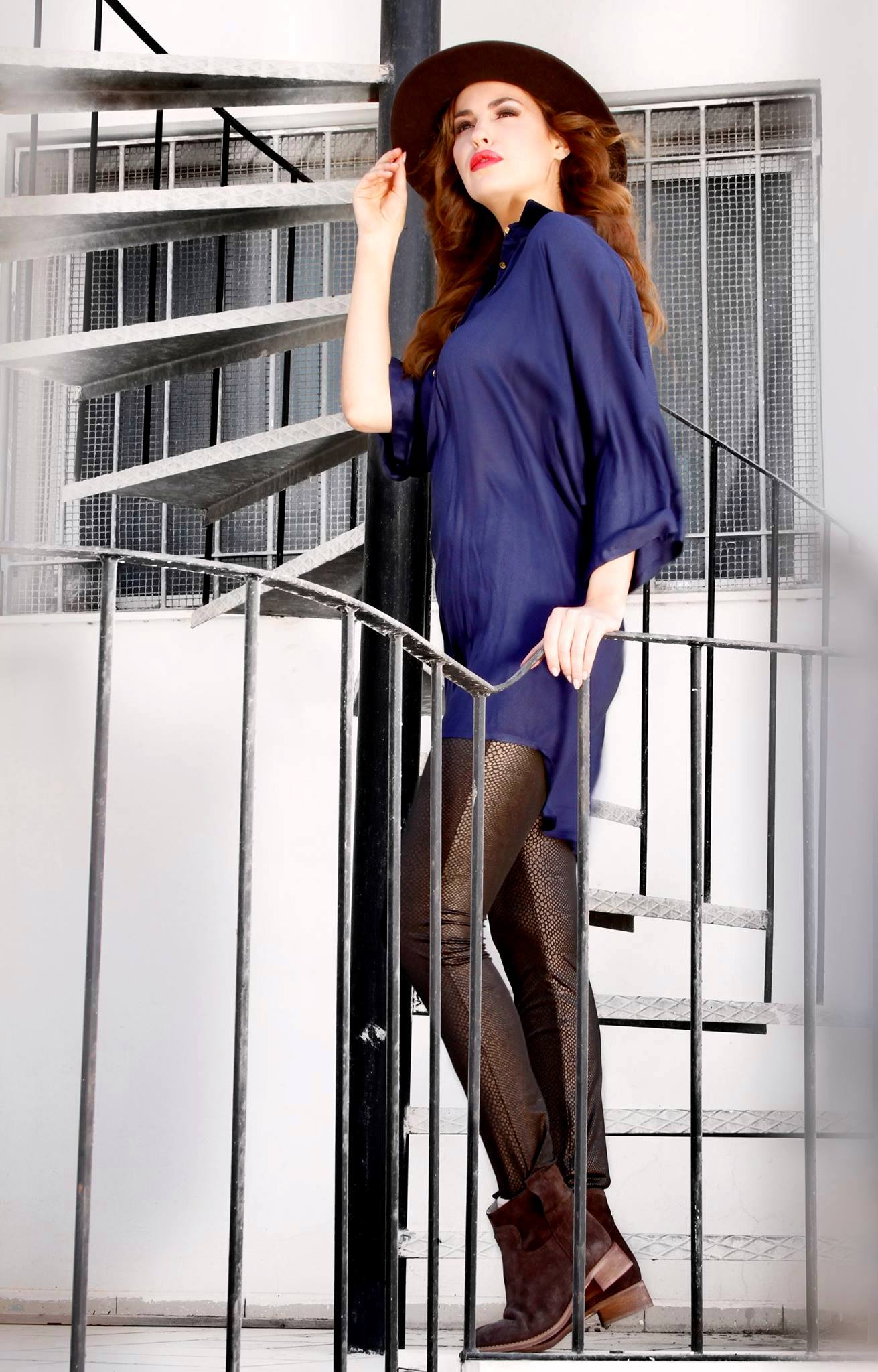 Une tunique portée avec des leggings à print snake le tout avec de petites bottines en daim et le fedora marron pour compléter le look COW GIRL. Tunique : 74.900 DT Pantalon : 58.900 DT Bottines : 139.900 DT