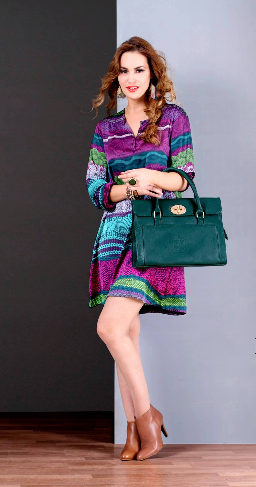 Une Robe/Tunique à joli imprimé tricot bien joliment coloré associée à des bottines couleur camel et un grand sac à fermoir doré en similicuir couleur bleu canard, le tout au service d'un look purement SEVENTIES. Tunique : 78.900 DT Sac : 94.900 DT Bottines : 139.900 DT