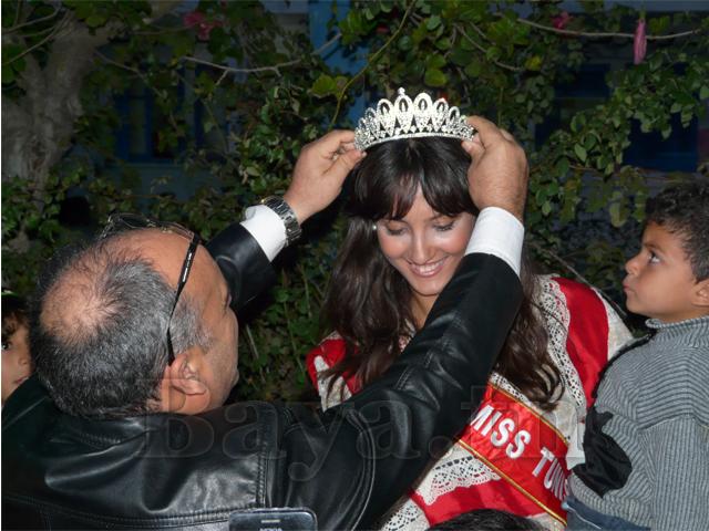 Le directeur de l'école Mr Jalel Ayayri, instituteur de la Miss au primaire, lui met la couronne. Une complicité digne d'un père et sa petite fille.