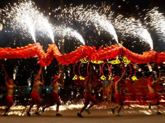 dancers-perform-a-fire-dragon-dance-in-the-shower-of-molten-iron-spewing-firework-like-sparks-during-a-folk-art-performance-in-beijing_4719795