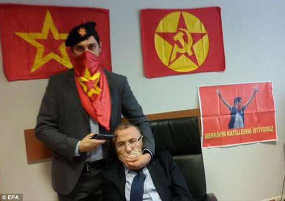 La photo du procureur terrifié avec un pistolet sur sa tête postée sur la page Facebook officielle du Parti-Front populaire révolutionnaire avant qu'il ne soit abattu