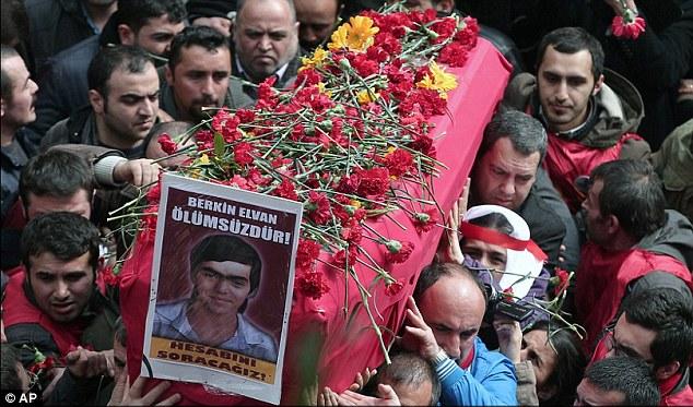 Le cercueil d'Evan, un innocent de 15 ans. Il était sur son chemin pour acheter du pain au cours des manifestations de rue contre le gouvernement quand il a été frappé à la tête par une grenade de gaz à grande vitesse