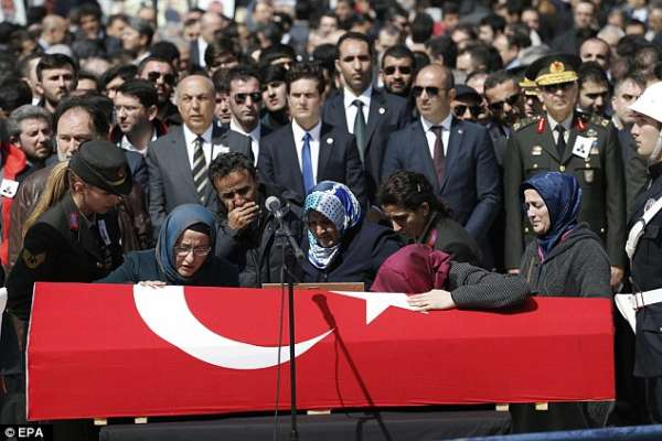 La famille de Mehmet Selim Kiraz qui pleurer sur son cercueil lors de ses funérailles