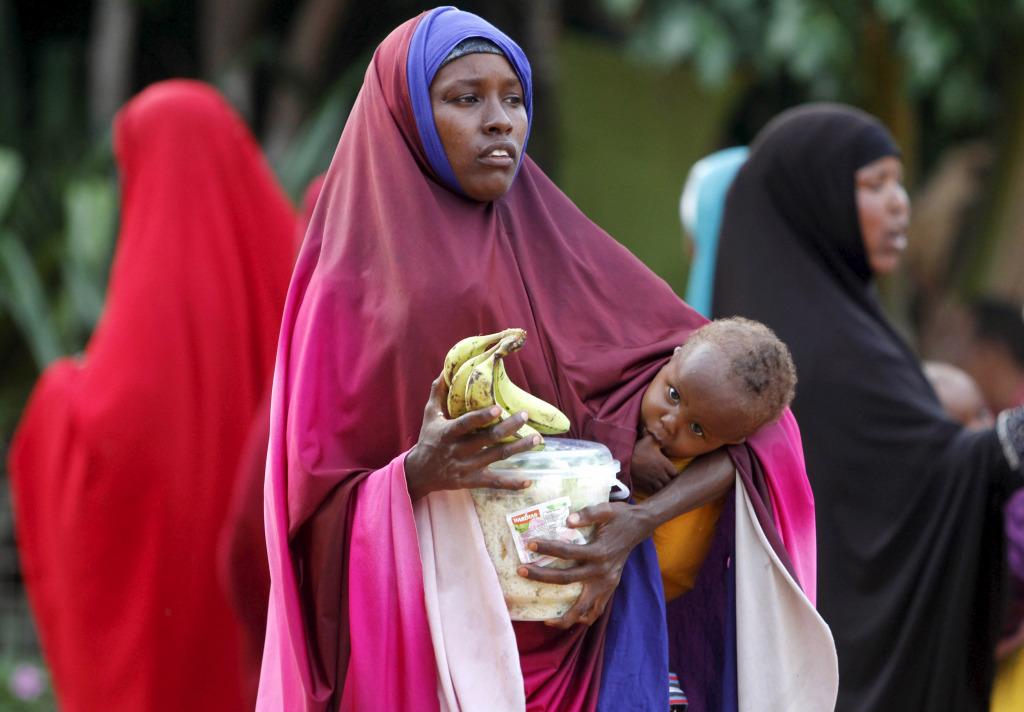 Familles somaliennes reçoivent Iftar d'une organisation caritative durant le mois saint musulman du Ramadan dans la capitale Mogadiscio, le 22 Juin, 2015. (Reuters / Feisal Omar)