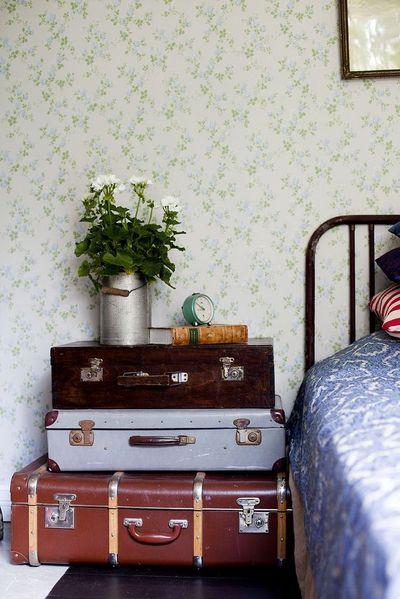 une-chevet-en-pile-de-valises_5300073