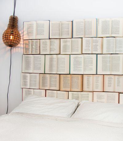 une,tete,de,lit,composee,de,livres_4723603
