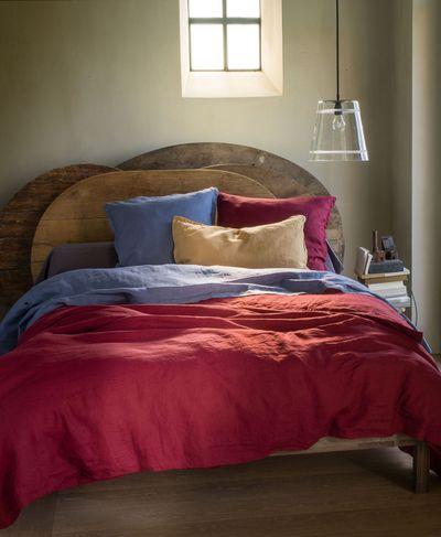 une-tete-de-lit-recup-en-plateaux-de-table_4723601