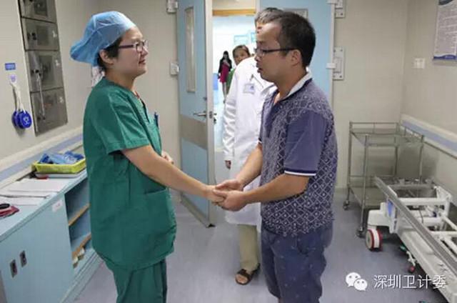le papa du bébé avec l'infirmière