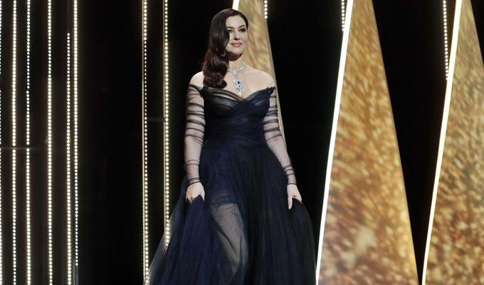 cannes 2017 monica belluci plus provocante que jamais avec sa robe transparente. Black Bedroom Furniture Sets. Home Design Ideas